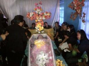 Isak tangin keluarga di depan jenazah Astri Akay