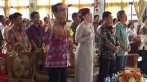 Bupati Tetty Paruntu dan Suami Kristoforus Decky Palinggi (KDP) saat menghadiri ibadah syukur HUT ke 64 GPDI Solagratia Koreng