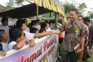 Walikota menyalami warga Jemaat Sion Woloan