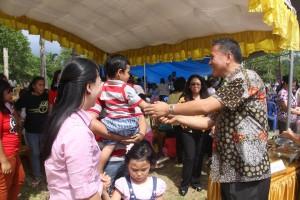 Walikota menyalami anak-anak dan warga jemaat di Safari Paskah