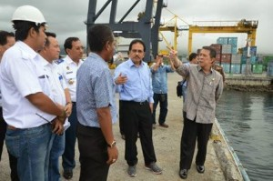 Menko Perekonomian Sofyan Jalil dan Gubernur Sulut S.H. Sarundajang, ketika meninjau Pelabuhan Bitung