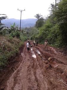 Salah satu titik ruas jalan menuju desa liandok yang rusak parah (foto faceebook)