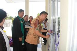 Walikota Tomohon gunting pita peresmian Pastori II dan TK GMIM Anugerah Paslaten