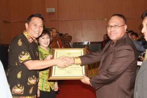 Walikota Tomohon didampingi Ketua DPRD Tomohon menerima Piagam Penghargaan WTP dari BPK-RI