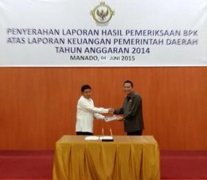 Walikota Tomohon JImmy F Eman SE Ak menerima LHP dari Kepala BPK-RI Perwakilan Sulawesi Utara