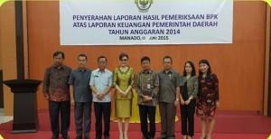 Foto bersama Bupati dan Ketua BPK didampingi Sekertaris Kabupaten Danny Rindengan dan pimpinan DPRD, usai penyerahan LHP