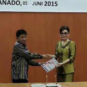 Bupati Christiany Eugenia Paruntu saat menerima LHP dari Ketua BPK Perwakilan Sulut Drs Andi Kangkung Lologau