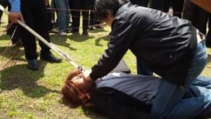 Aksi pembunuhan Aztry Akay saat direkonstruksi