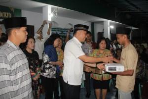Walikota Tomohon menyerahkan bantuan kepada Remaja Masjid