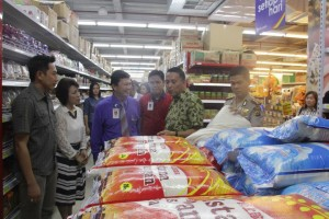 Walikota Tomohon Sidak Super Market Multi Mart