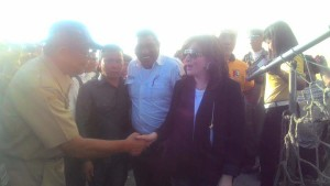 Bupati ketika turun dari KM Doro Londa, langsung disambut masyarakat.