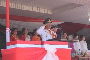 Wakil Walikjota Max Lomban saat memberikan penghormatan pada upacara detiuk-detik Proklamasi RI ke 70
