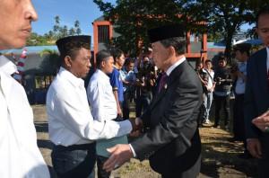 Gubernur Sulut DR. S.H. Sarundajang, ketika memberikan surat keputusan pemberian remisi kepada para napi di LP Tuminting Manado