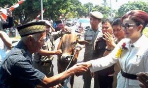Bupati ketika menyerahkan bantuan sapi kurban di Desa Tanamon Kecamatan Sinonsayang