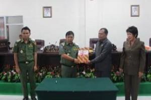 DPRD Mitra menyerahkan dokumen Ranperda menjadi Perda RTRW kepada bupati James Sumendap