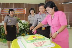 Kapolda Brigjen Pol Drs. Wilmar Marpaung didampingi Ketua Bhayangkari Sulut Ny. Laura Wilmar Marpaung, ketika memotong kue HUT ke-67 Polwan