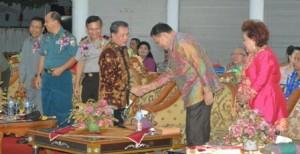 Gubernur Sarundajang dan jajaran Forkopimda Sulut, disambut Bupati Sangihe H.R. Makagansa dan istri.