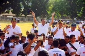 Gubernur Sulut S.H. Sarundajang, Wagub Djouhari Kansil, Kapolda Sulut, Danrem 131/Santiago, Danlanudsri, diangkat di atas pundak para personel TNI-Polri
