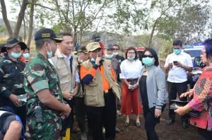 Pnj Gubernur Sulut Sumarsono, ketika meninjau kebakaran hutan di Gunung Lokon Tomohon