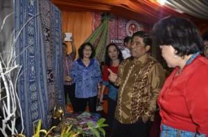 Pejabat Gubernur ,Sulawesi Utara, DR. Sumarsono MDM, Kain Bentenan