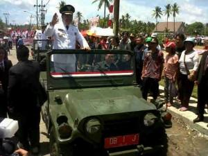 Wakil Bupati Ronald Kandoli mengikuti pawai 17 Agustus tahun 2015 di Kecamatan Tombatu