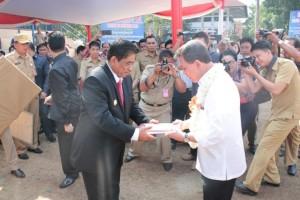 Penjabat Gubernur Sulut DR. Sumarsono, ketika memberikan cendera mata kepada mantan Gubernur DR S.H. Sarundajang