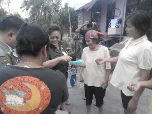 Kadis Kesehatan Tomohon bagikan masker di Tinoor
