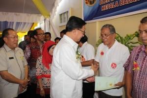 Menteri ATR menyerahkan Sertifikat Hak Atas Tanah di Kota Tomohon