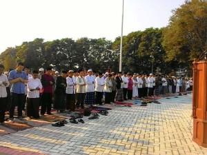 Pnj Gubernur Sulut Sumarsono dan Sekprov Mokodongan, ketika mengikuti Sholad Idul Adha di Lapangan Tikala Manado