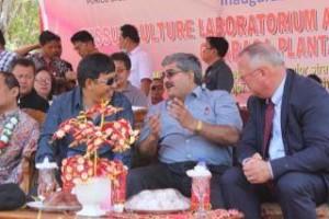 Anggota Komisi IVDPR_RI Ir Mindo Sianipar meletakkan batu pertama pembangunan laboratorium kultur jaringan perkebunan Abaka di Silian