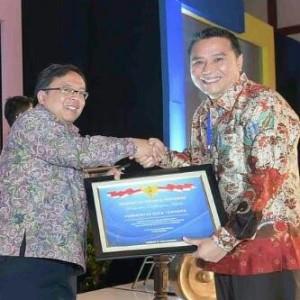 Walikota Jimmy F Eman SE Ak saat menerima penghargaan