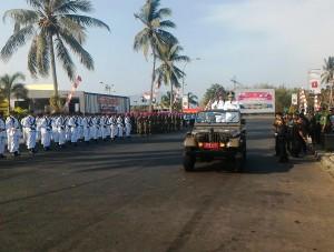 Pj. Gubernur Sumarsono memeriksa pasukan di Upacara HUT ke-70 TNI.