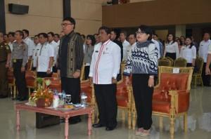 Mendagri Tjahjo Kumolo, Pnj Gubernur Sulut DR. Sumarsono, Ketua TP. PKK Sulut Tri Rachayu, dan peserta rapat koordinasi persiapan pelaksanaan Pilkada Serentak di Sulut