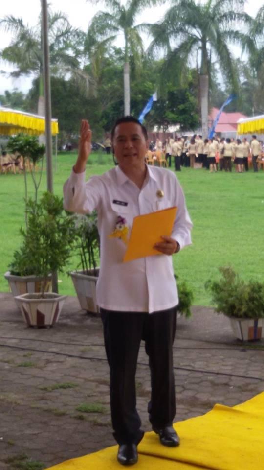 Walikota Jimmy F Eman SE Ak membaca puisi di Hari Guru