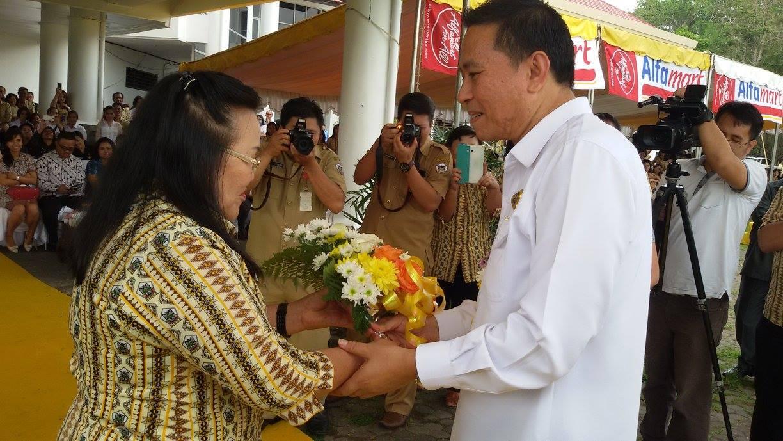 Walikota Jimmy F Eman SE Ak menyerahkan bunga kepada mantan gurunya di SMA Kristen 1 Tomohon