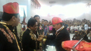 Majelis Kebudayaan Adat Minahasa, ketika memberikan gelar adat Tonaas Wangko Umbanua, kepada Pj. Gubernur Sulut DR. Sumarsono MDM.