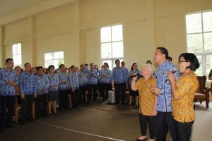 Walikota Tomohon menyanyi bersama kader kesehatan