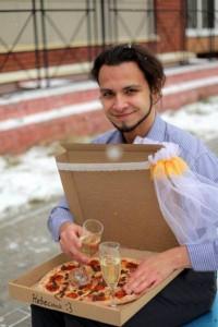 Jomblo , pizza, pernikahan aneh