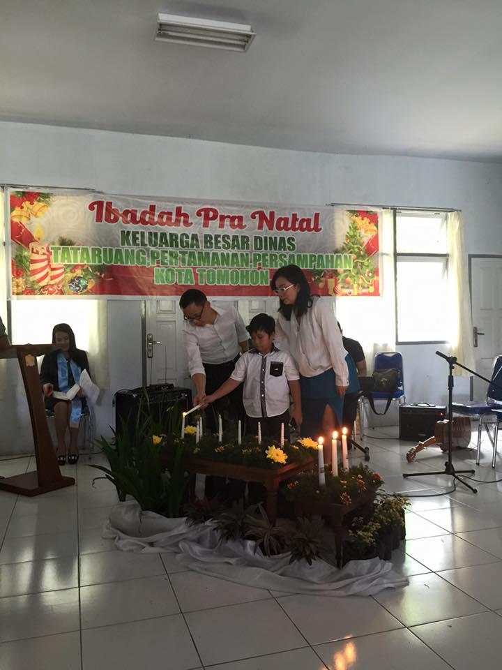 Pemasangan lilin oleh keluarga Kepala Dinas Tarumansa Kota Tomohon