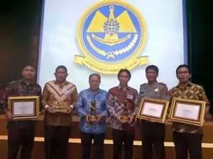 Sekretaris Kota Tomohon Dr Arnold Poli SH MAP dan FKPD Usai penyerahan WTN