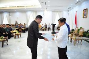 Kepala Bagian Tatalaksana Biro Organisasi Setda Provinsi Sulut Judhistira Siwu,SE,Msi mewakili Pemprov Sulut saat menerima penghargaan Lakip dari Wakil Presiden RI Jusuf Kalla di Istana Wapres Jakarta