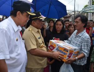 Sumarsono Bantu Korban Kebakaran di Jl. Siswa Manado