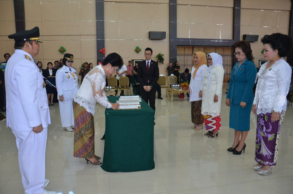 Dra. Tri Rachayu Sumarsono,Esther Hosang Lumigkewas SE, Nurbiaity Damopolii-Lapatola ,  TP PKK