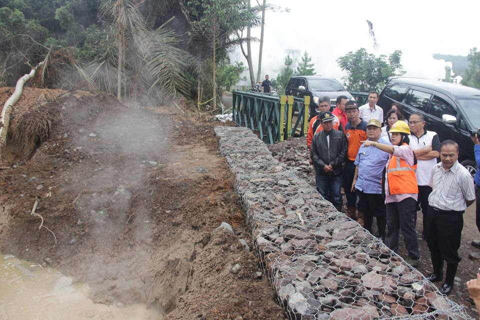 Penjabat Walikota Tomohon mendapat penjelasan dari Pri Utami, Ahli Geologi UGM