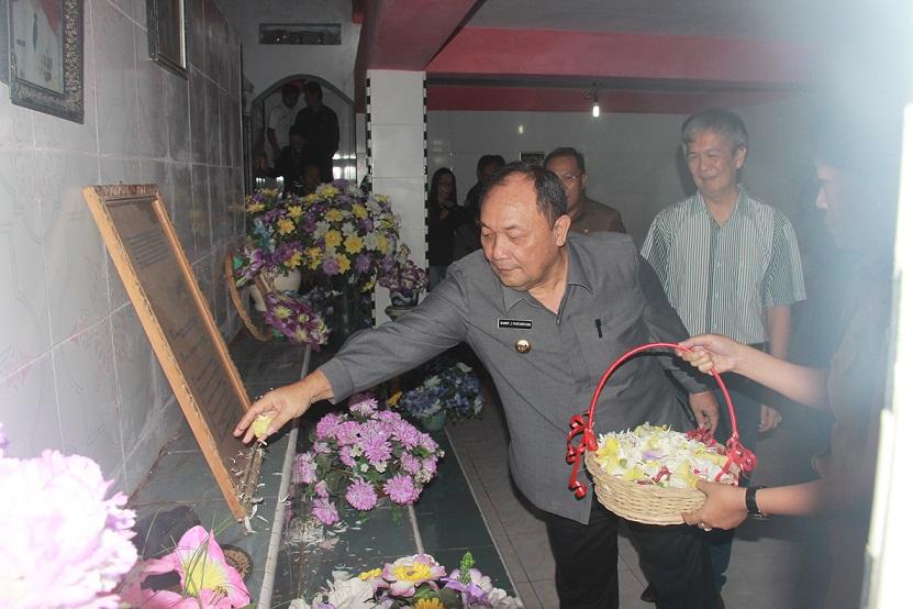 Penjabat Walikota Tomohon Drs Sanny James Parengkuan MAP tabur bunga di makam mantan Bupati Minahasa Drs Karel Senduk