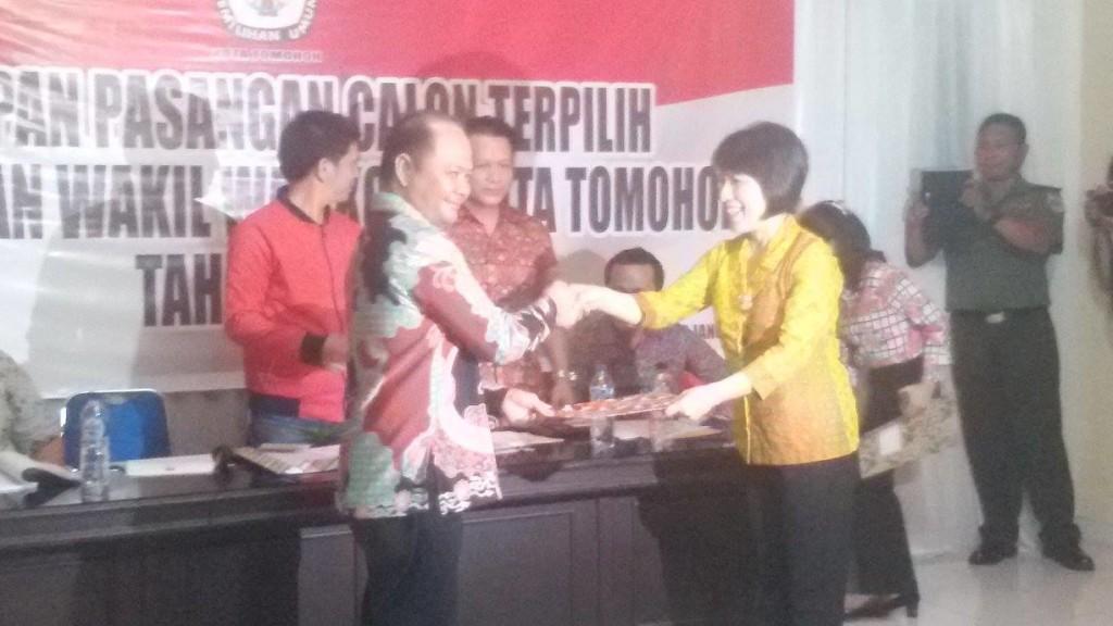 KPU serahkan hasil pleno penetapan Calon Walikota-Wakil Walikota Tomohon terpilih kepada Ketua DPRD
