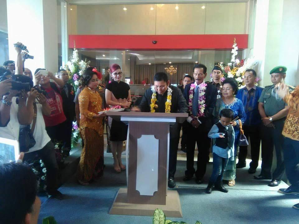Penjabat Bupati Minsel Rene Hosang, saat menanadatangani prasasti di Grand openiong Hotel Sutan Raja Amurang