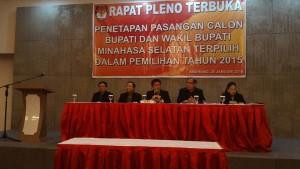 Lima Komisioner KPU Minsel saat rapat pleno terbuka penetapan calon terpilih Bupati Minsel 2016-2021