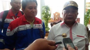 Penjabat Walikota Tomohon Drs Sanny James Parengkuan MAP dan GM PT PGE Salvius Patangke