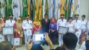 Foto bersama Gubernur dan Wagub Sulut didampingi istri dengan Menteris Dalam Negeri Tjahyo Kumolo dan sejumlah Gubgernur dan Wagub di Indonesia